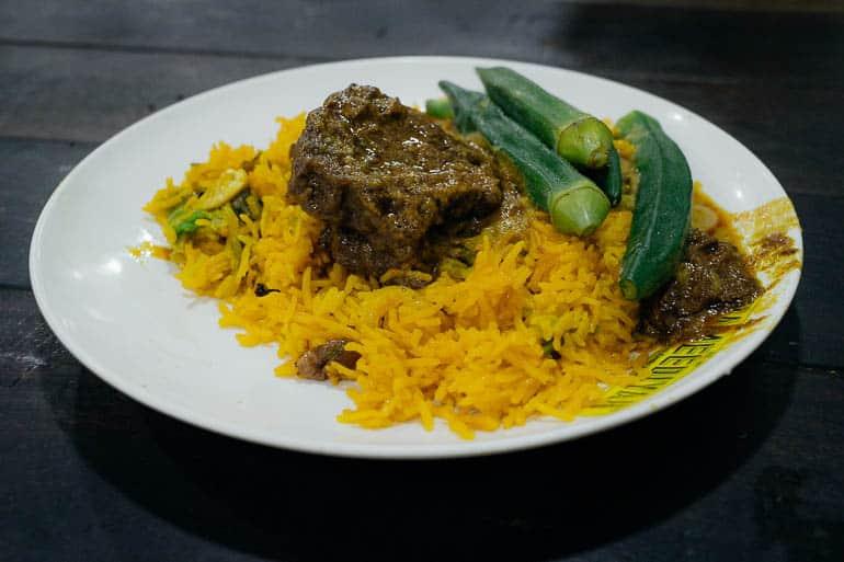 thịt bò kết hợp với cơm biryani phục vụ ở nasi kandar penang malaysia